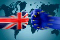 Choque de puños pintados con las banderas de Reino Unido y la Unión Europea